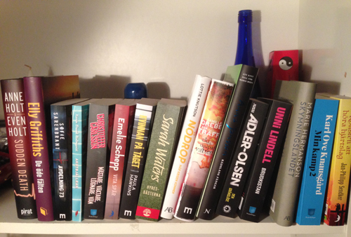 Hyllplan med olästa böcker